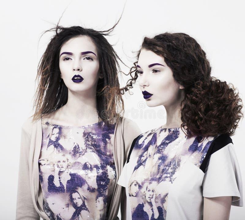 Individualité. Emo. Femmes modernes fascinantes. Brillamment renivellement à la mode photographie stock