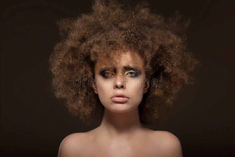 individualité Femme avec Shaggy Waved Hair images stock