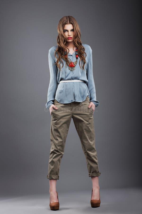 individualité Mannequin à la mode dans le pantalon images libres de droits