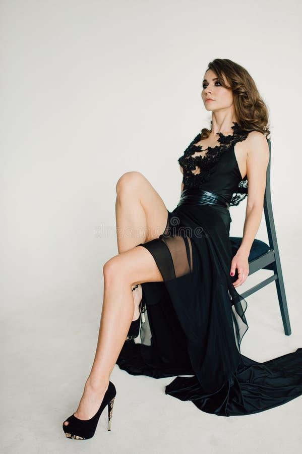 individualiteit Nadenkende Elegante Dame in Zwarte Prom-Avondjurk royalty-vrije stock fotografie