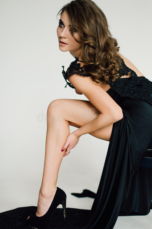 individualiteit Nadenkende Elegante Dame in Zwarte Prom-Avondjurk stock afbeelding