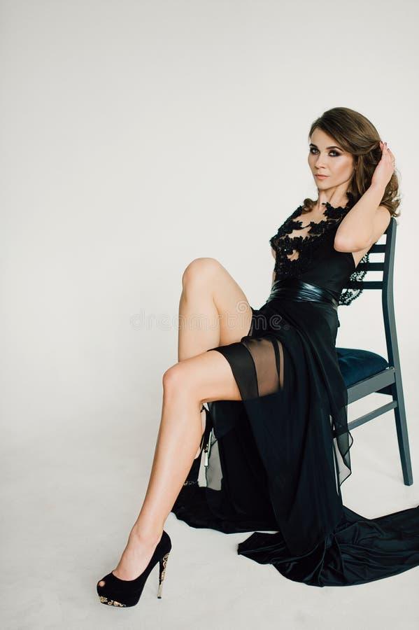 individualiteit Nadenkende Elegante Dame in Zwarte Prom-Avondjurk royalty-vrije stock foto