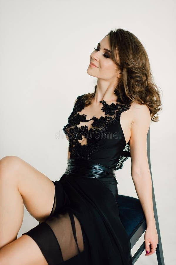 individualiteit Nadenkende Elegante Dame in Zwarte Prom-Avondjurk stock foto