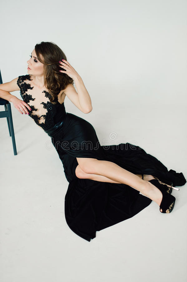 individualiteit Nadenkende Elegante Dame in Zwarte Prom-Avondjurk stock fotografie