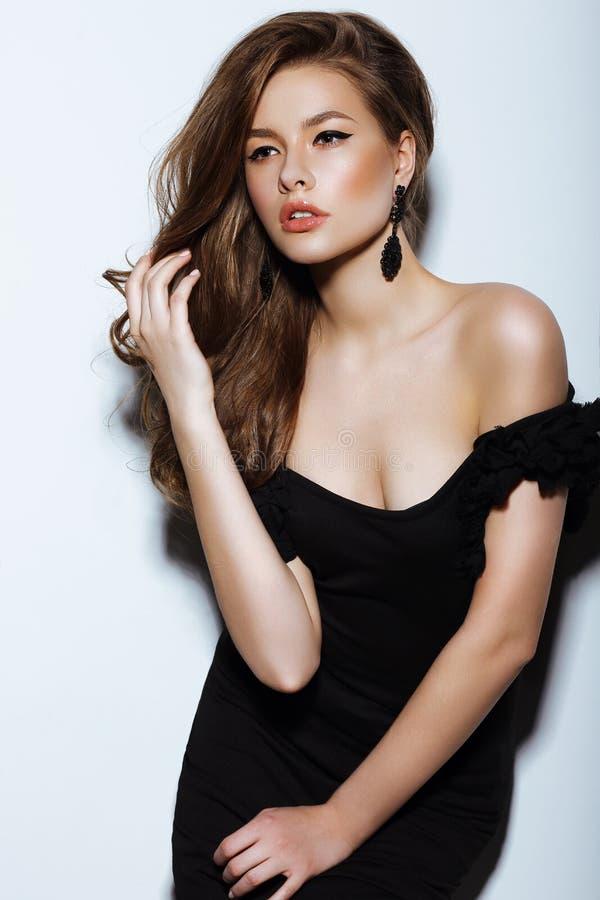 individuality Senhora elegante pensativa no vestido preto do baile de finalistas foto de stock royalty free
