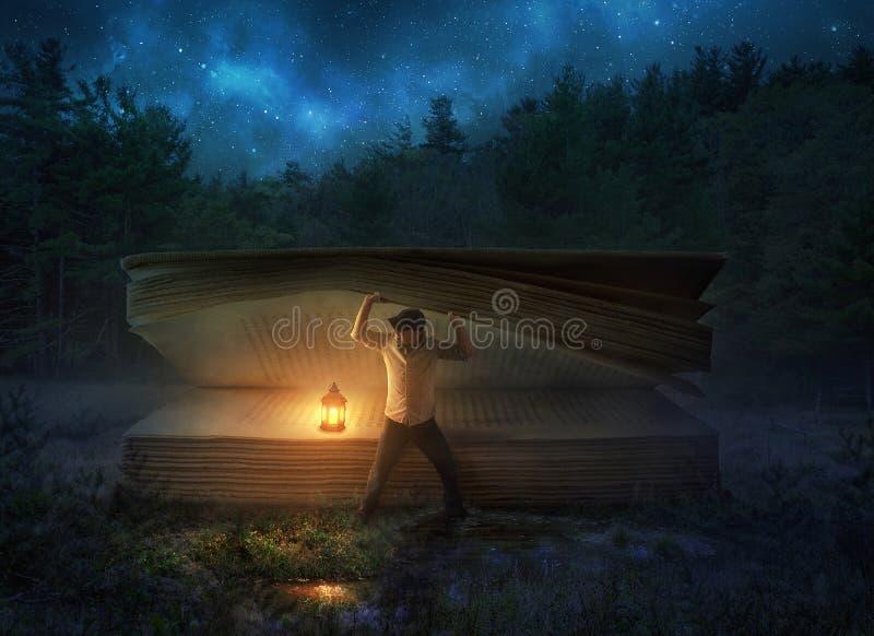 Individuazione della bibbia grande alla notte fotografia stock