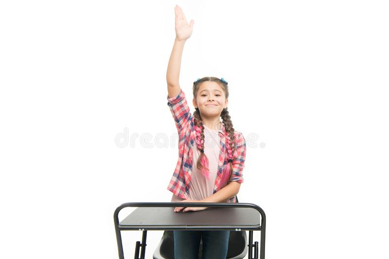 Individuell skolg?ng Grundskolautbildning Tyck om processen av att studera Den perfekta studentflickan sitter skrivbordet Hon vet royaltyfri fotografi