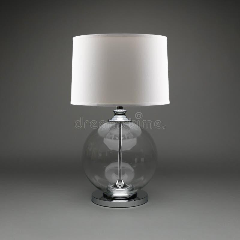 Individula玻璃球有白色灯罩的台灯在灰色背景 免版税库存照片