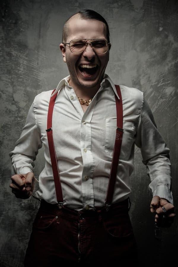 Individuo anormal en la risa blanca de la camisa foto de archivo