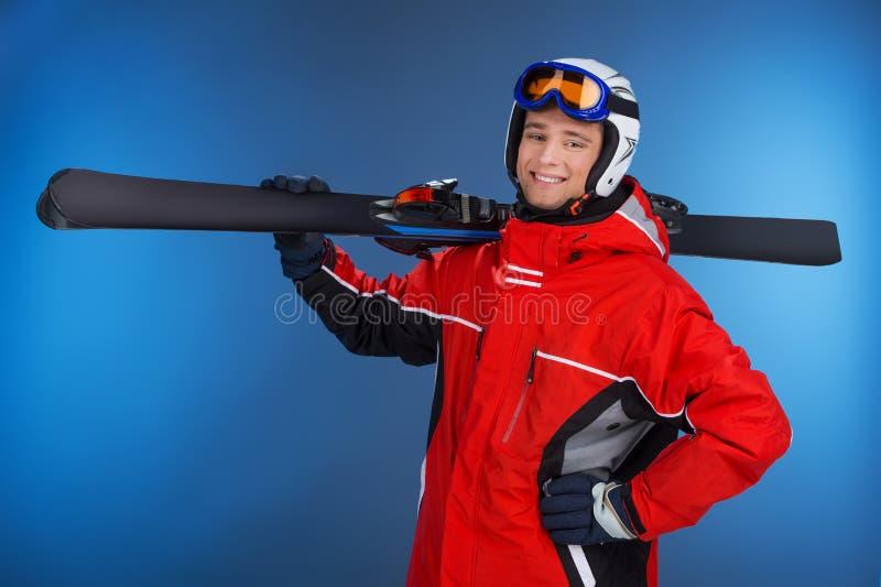 Individuo atractivo activo que camina con el esquí en manos. imagen de archivo libre de regalías