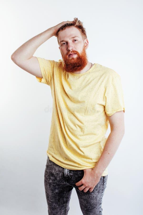 Individuo barbudo del inconformista hermoso joven que mira brutal aislado en el fondo blanco, concepto de la gente de la forma de imagenes de archivo