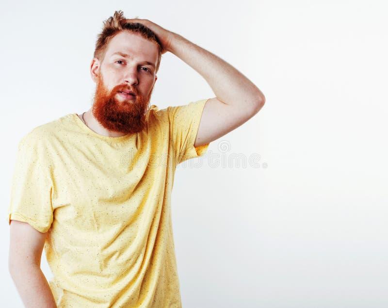 Individuo barbudo del jengibre hermoso joven del inconformista que mira el aislante brutal fotografía de archivo libre de regalías