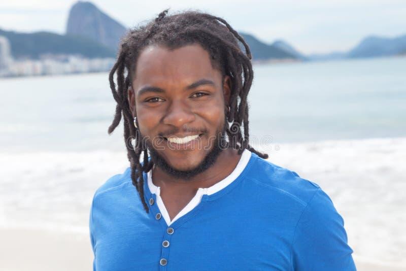 Individuo brasileño con los dreadlocks en Rio de Janeiro imágenes de archivo libres de regalías