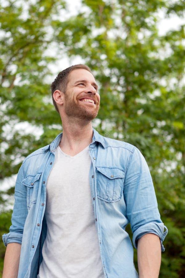 Individuo casual con una camisa del dril de algodón en un parque foto de archivo libre de regalías