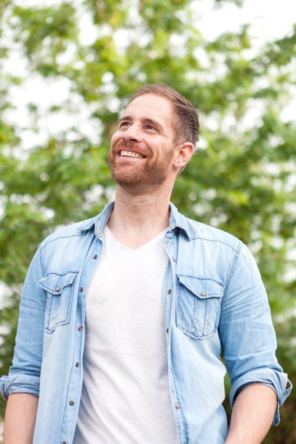 Individuo casual con una camisa del dril de algodón en un parque imágenes de archivo libres de regalías