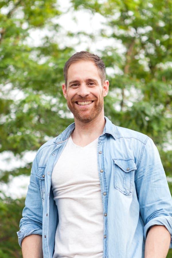 Individuo casual con una camisa del dril de algodón en un parque fotografía de archivo libre de regalías