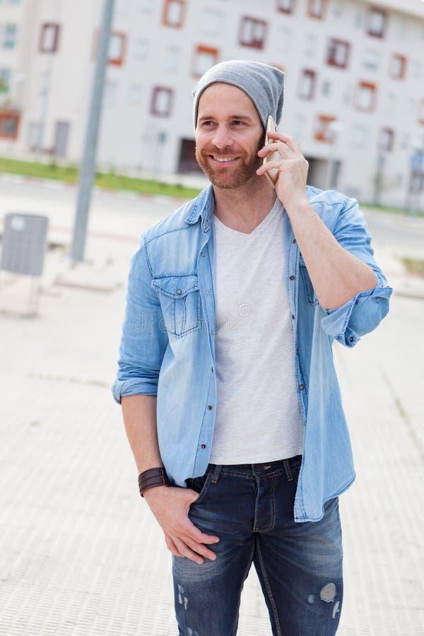 Individuo casual de la moda que llama con su móvil imagen de archivo libre de regalías