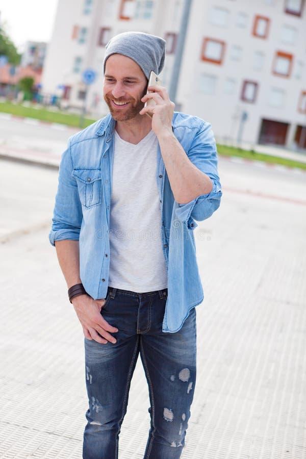 Individuo casual de la moda que llama con su móvil fotografía de archivo libre de regalías