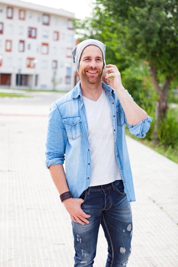 Individuo casual de la moda que llama con su móvil fotos de archivo