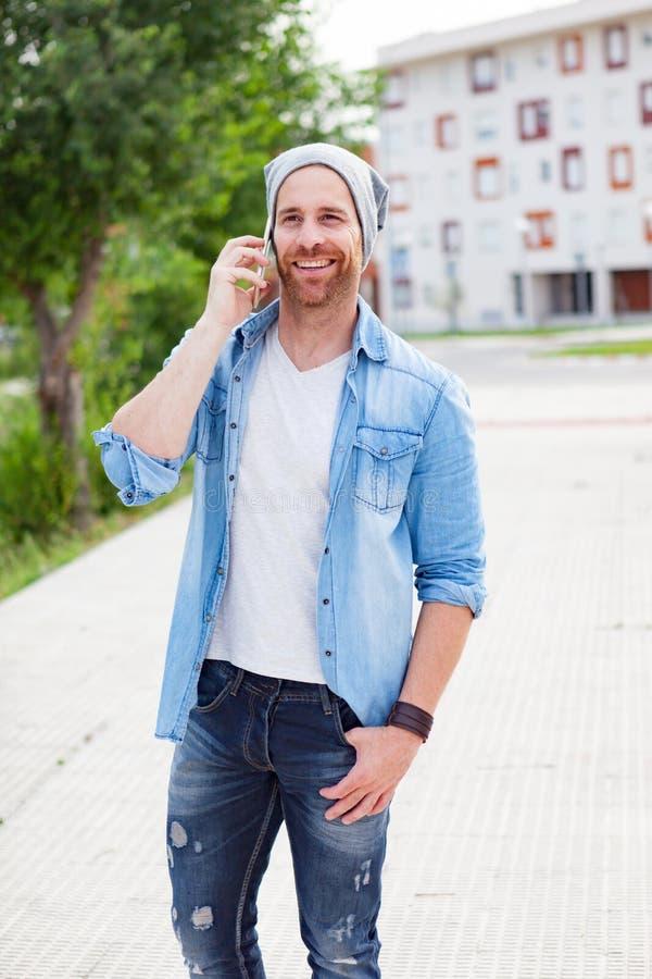 Individuo casual de la moda que llama con su móvil foto de archivo libre de regalías