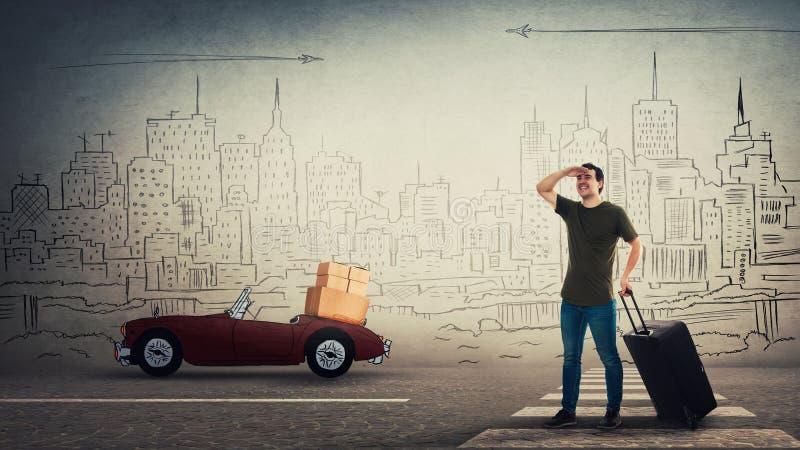 Individuo casual que se mueve a una nueva casa que lleva su mano rodante de la tenencia de la maleta a los ojos de la cubierta de imágenes de archivo libres de regalías