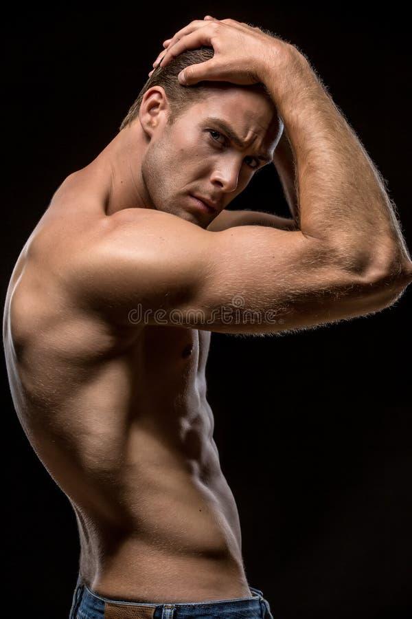Individuo con el torso desnudo en estudio fotografía de archivo