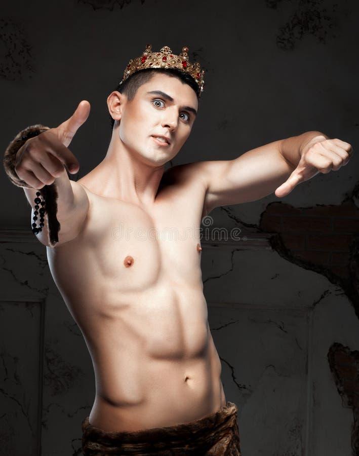 Individuo con la corona en su cabeza, él es muy emocional imágenes de archivo libres de regalías