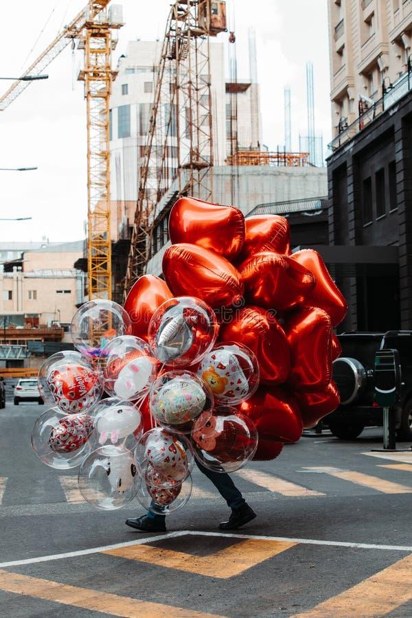 Individuo con los globos fotografía de archivo libre de regalías