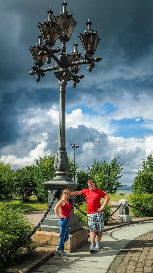 Individuo con un paseo de la muchacha en el parque de la ciudad fotos de archivo