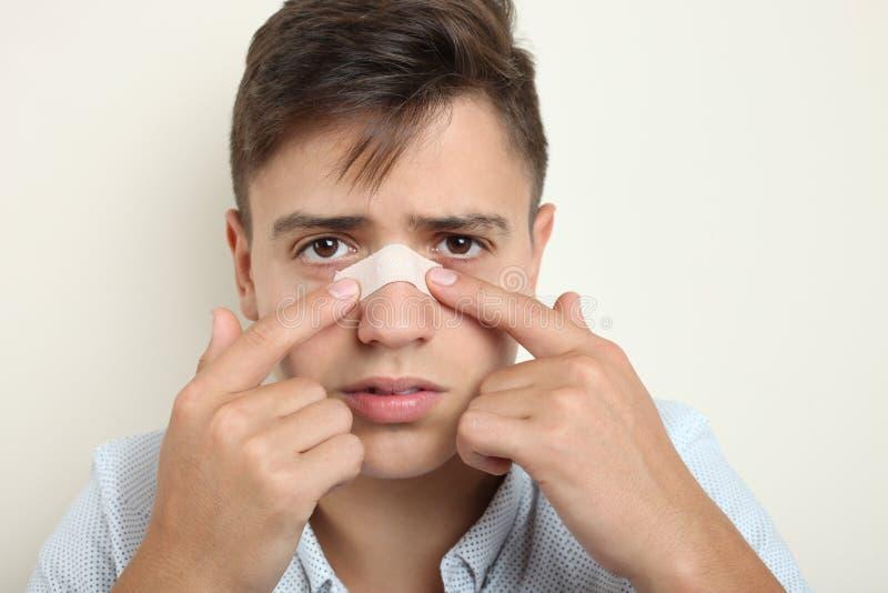 Individuo con un yeso en su nariz foto de archivo