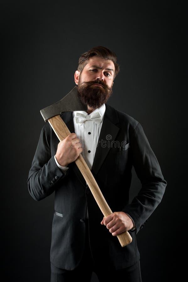 Individuo confiado de la mano aguda del hacha Masculinidad y brutalidad Peinado de la barbería Peluquero brutal Maneras brutales imágenes de archivo libres de regalías