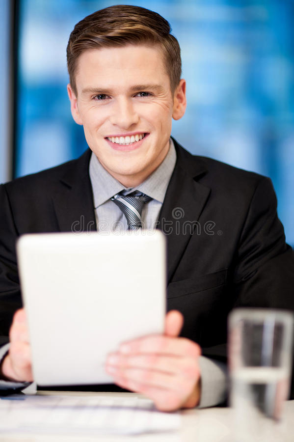 Individuo corporativo que hojea en la PC de la tableta imagen de archivo libre de regalías