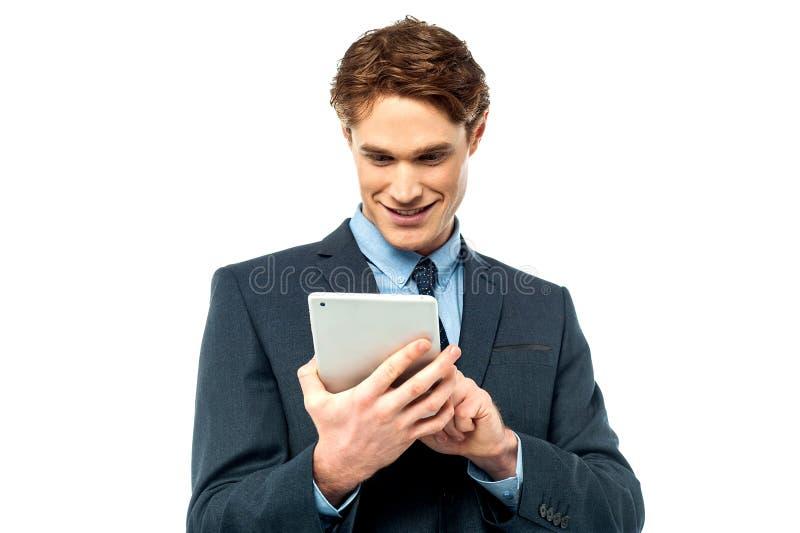 Individuo corporativo que hojea en su PC de la tableta imagenes de archivo
