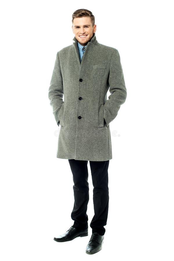 Individuo corporativo que lleva el abrigo largo foto de archivo libre de regalías