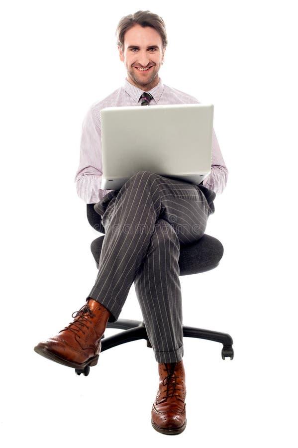 Individuo corporativo que prepara el presentaion fotografía de archivo
