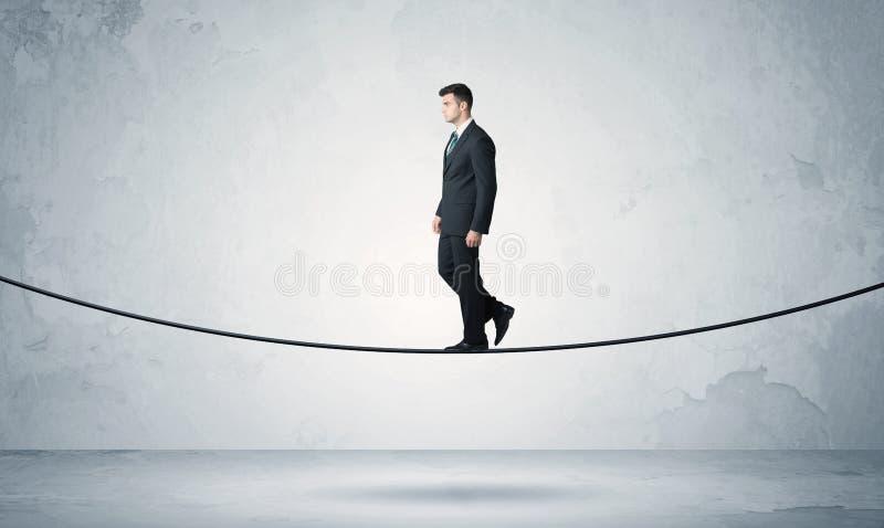 Individuo de las ventas que equilibra en cuerda floja foto de archivo
