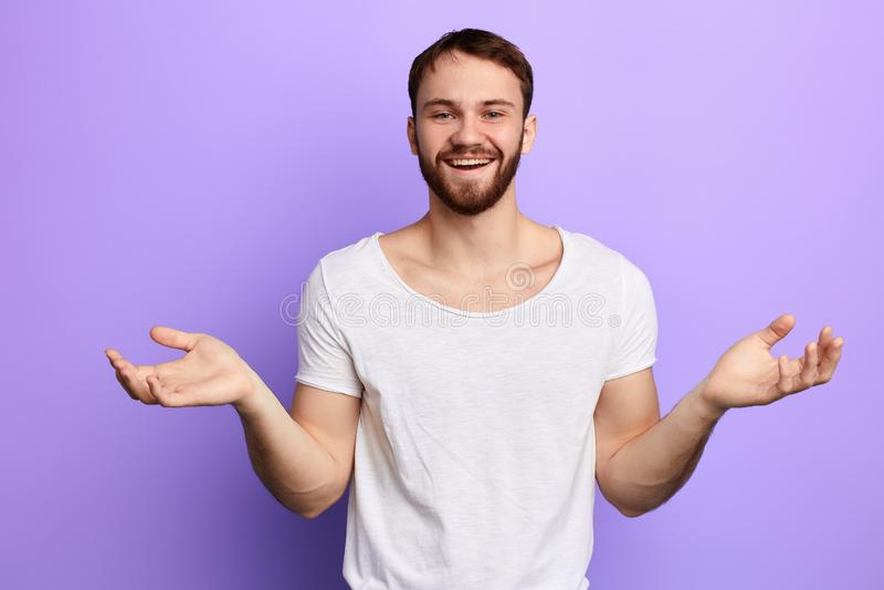 Individuo de risa alegre con los brazos aumentados que miran la cámara imágenes de archivo libres de regalías