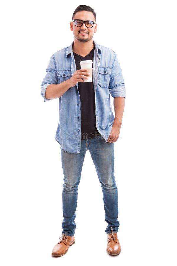 Individuo del inconformista que bebe un cierto coffe fotografía de archivo libre de regalías