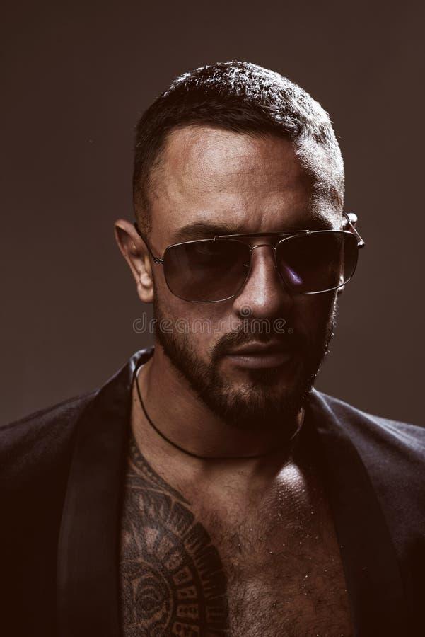 Individuo del Metrosexual Vistazo masculino confiado serio Industria de moda Varón atractivo atlético muscular con los tatuajes imagen de archivo libre de regalías