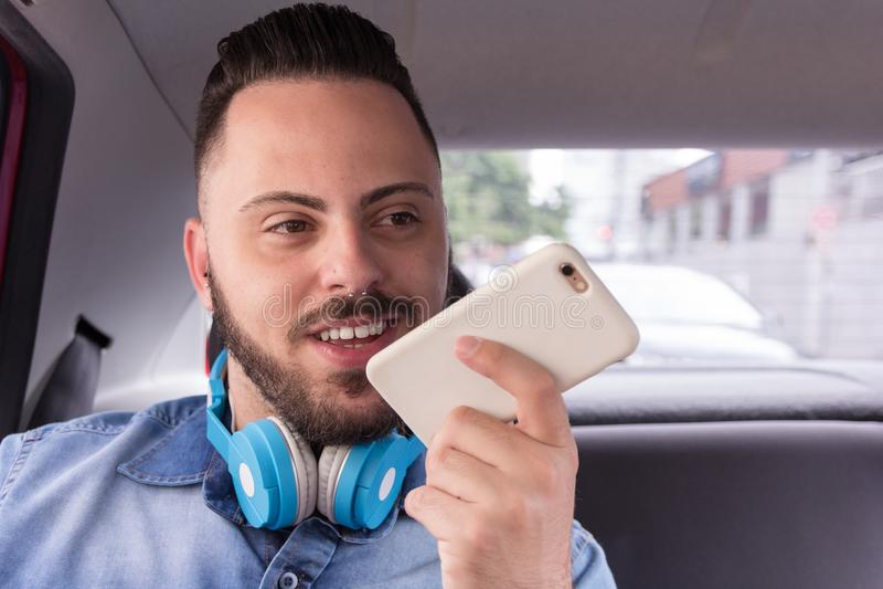 Individuo del pasajero que usa el teléfono elegante mientras que en el suyo conmute para trabajar al senador foto de archivo libre de regalías