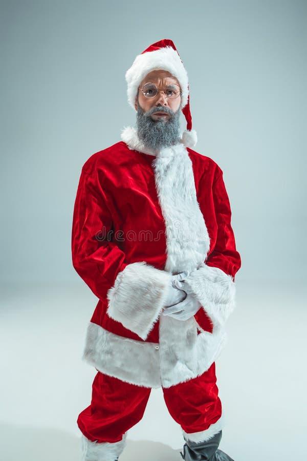 Individuo divertido en sombrero de la Navidad Día de fiesta del Año Nuevo La Navidad, Navidad, invierno, concepto de los regalos fotos de archivo