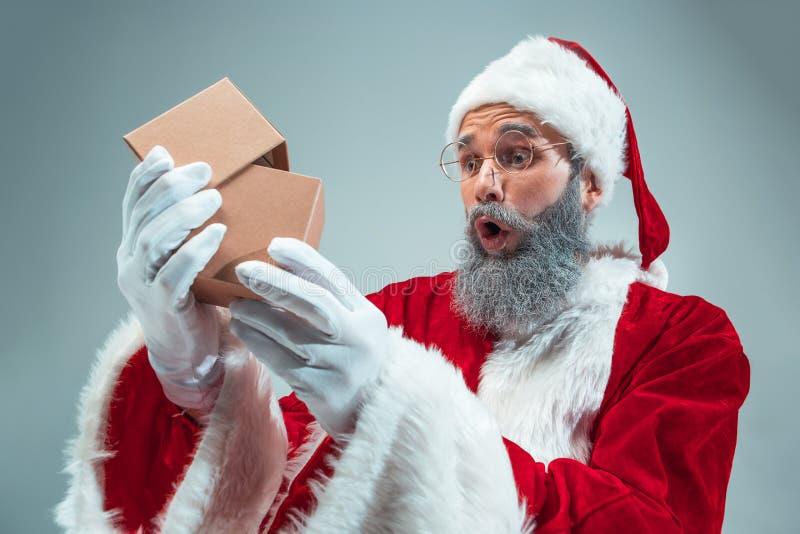 Individuo divertido en sombrero de la Navidad Día de fiesta del Año Nuevo La Navidad, Navidad, invierno, concepto de los regalos foto de archivo