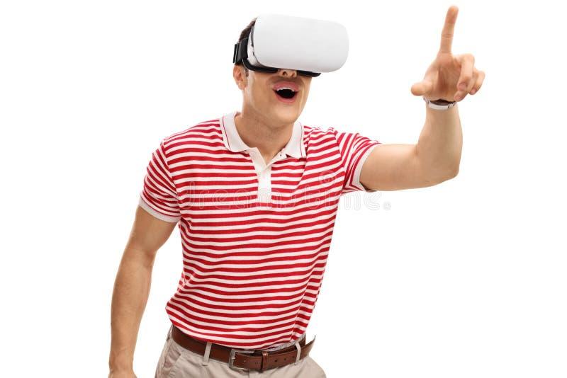 Individuo emocionado que experimenta VR fotos de archivo libres de regalías