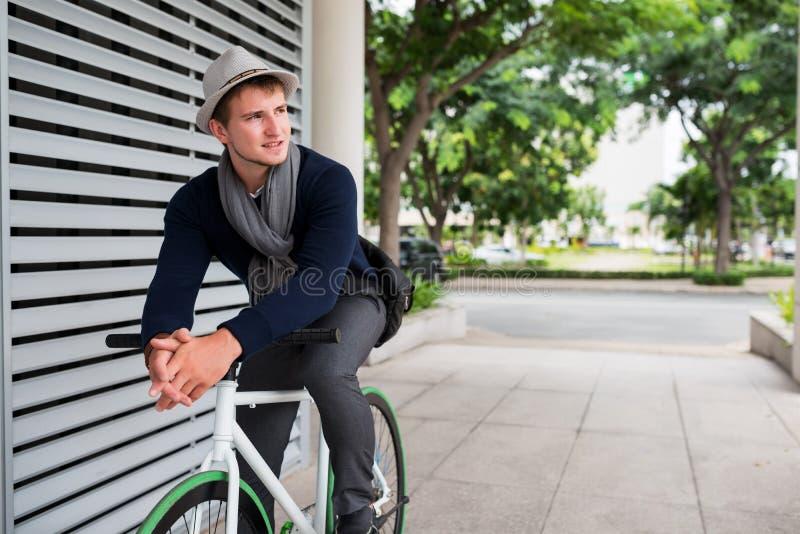 Individuo en la bici fija del engranaje fotos de archivo libres de regalías