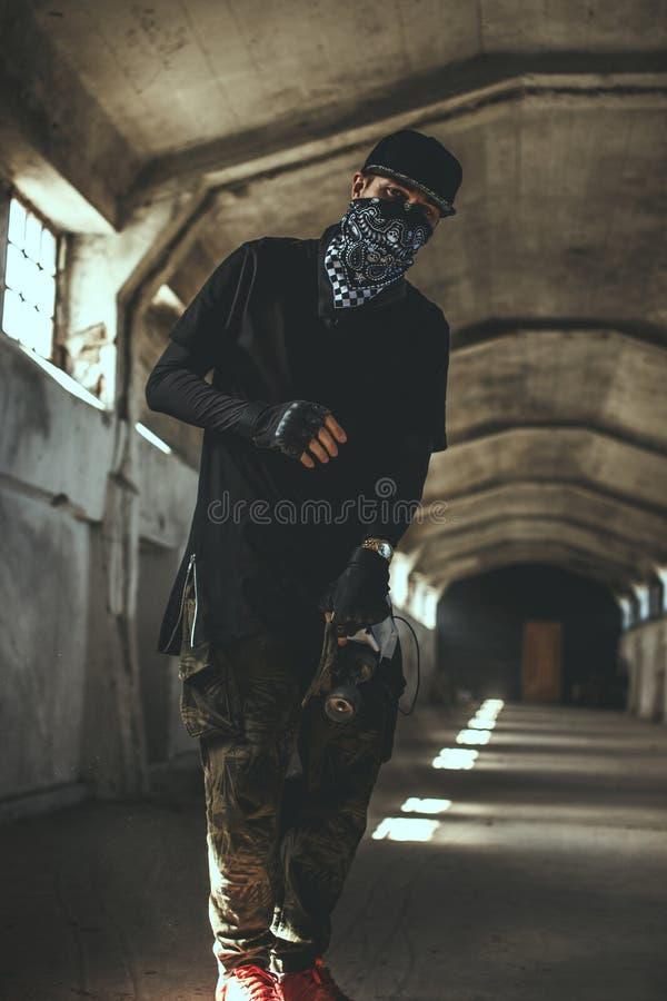 Individuo en ropa del gángster y mascarilla imagenes de archivo