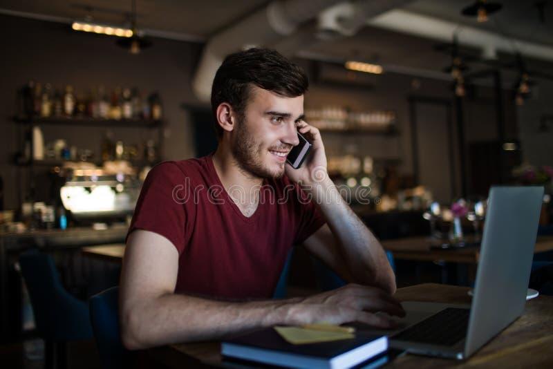 Individuo feliz del inconformista que tiene conversación del smartphone fotografía de archivo