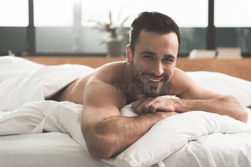 Download Individuo Feliz Que Despierta En Casa Foto de archivo - Imagen de calma, cama: 100534266