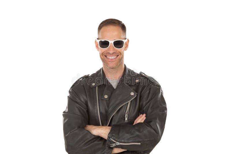 Individuo fresco feliz con la chaqueta de cuero gafas de sol foto de archivo libre de regalías