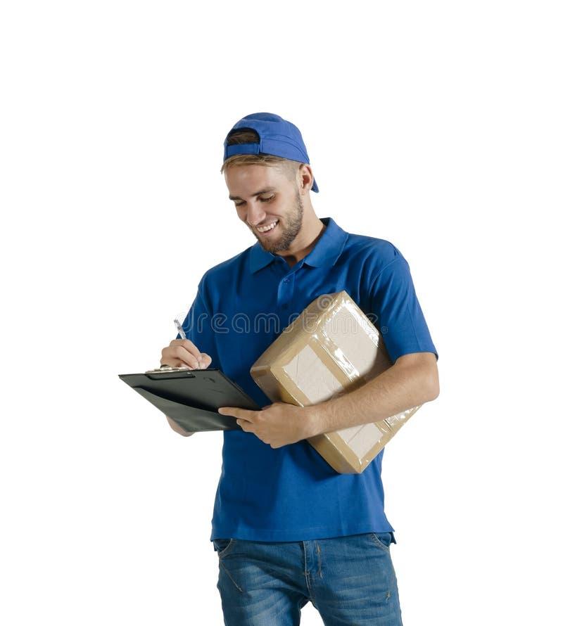 Individuo hermoso joven del mensajero que hace la entrega de paquete fotografía de archivo