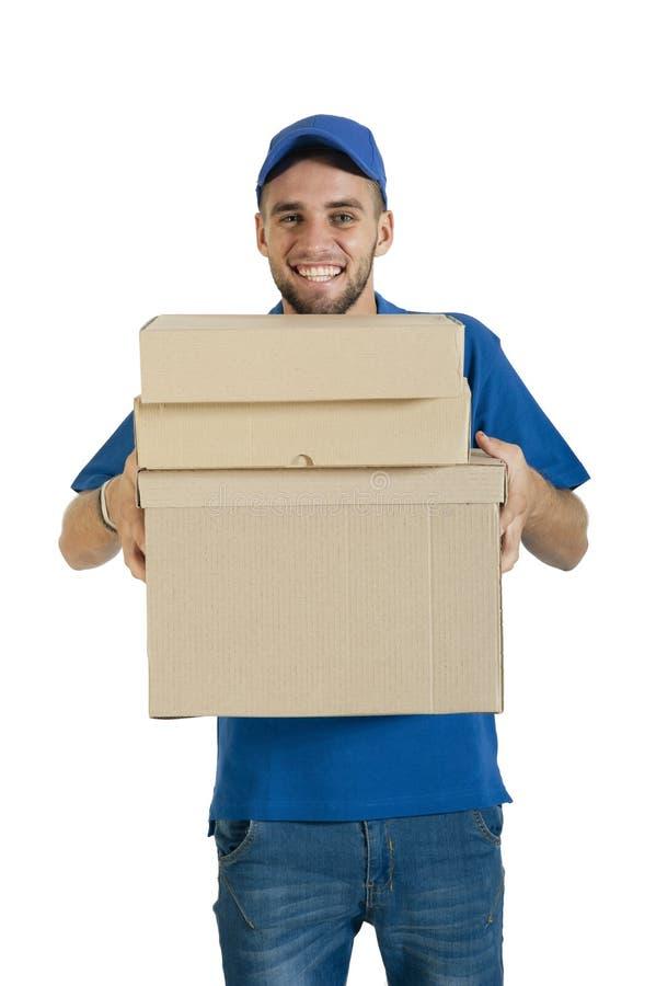 Individuo hermoso joven del mensajero que hace la entrega de paquete imagenes de archivo